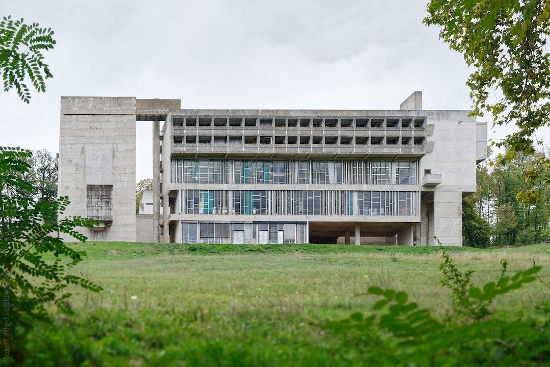 Couvent de la Tourette de Le Corbusier in its green setting