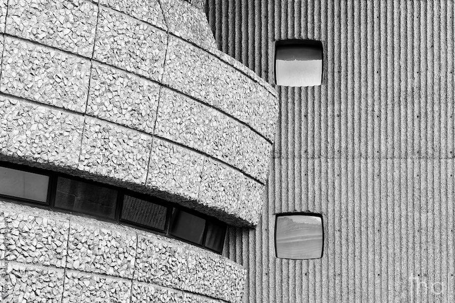 Détail de façade brutaliste en béton cannelé